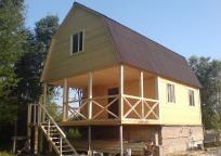 Дом из бруса 6х8м с открытой террасой под общей крышей.